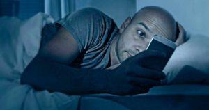 Es malo dormir con el celular