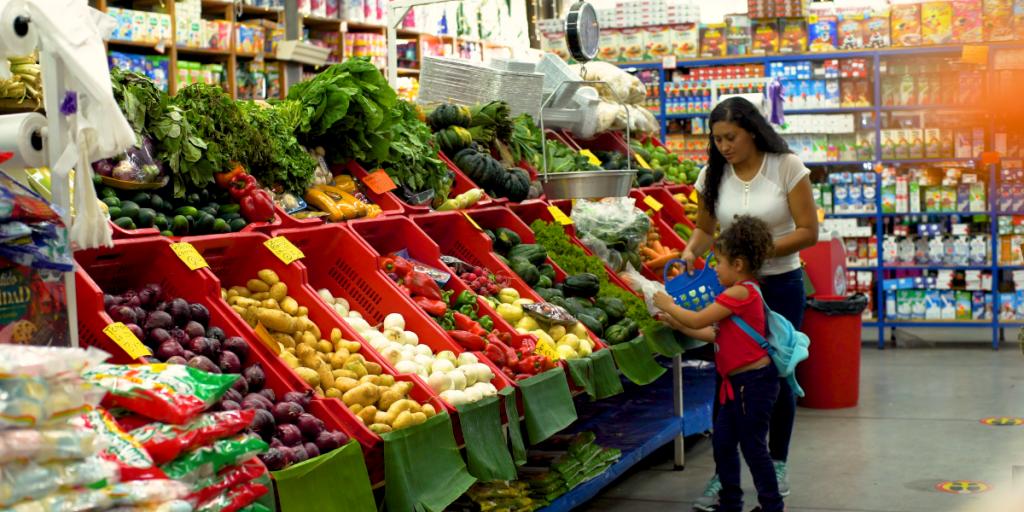 Familia haciendo compras en Plaza Jacaranda